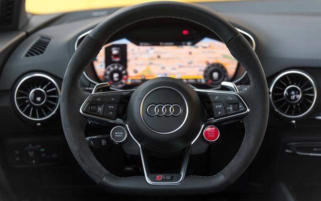 一键启动按键安排在方向盘上,搭配红色设计,可谓是点睛之笔;全液晶仪表凸显科技感!