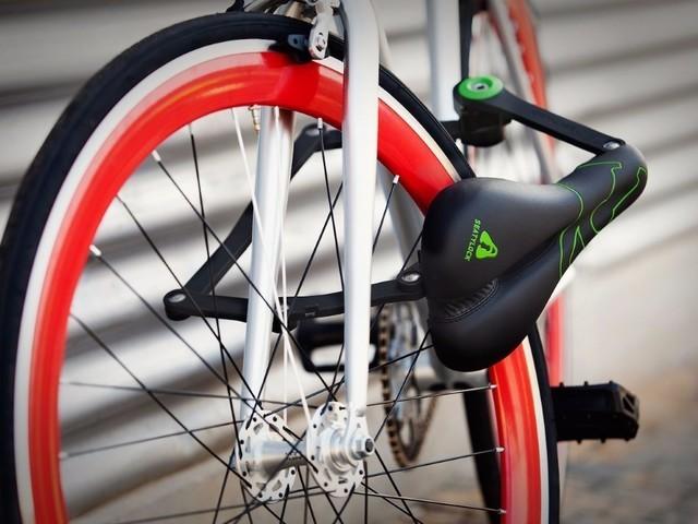 这款锁和车座完全融为一体,骑行时它是一个舒适的车座,当你需要停靠车辆时,把车座卸下就能变成一把坚固的车锁,为这个设计点赞!